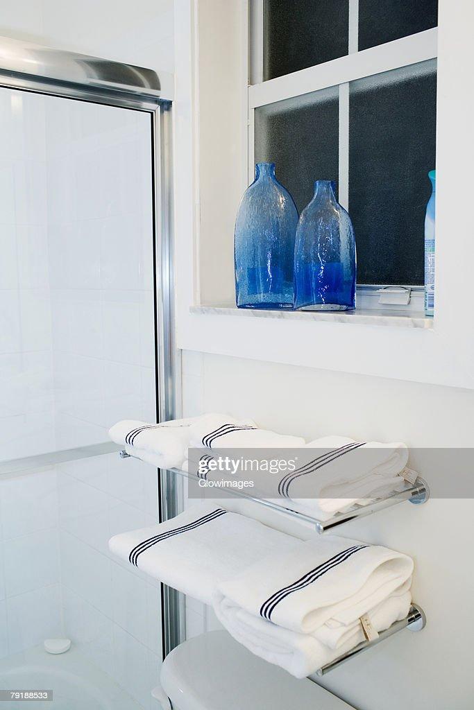 Towels on racks in the bathroom : Foto de stock