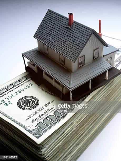 Spielzeug Haus auf Ein Haufen Geld