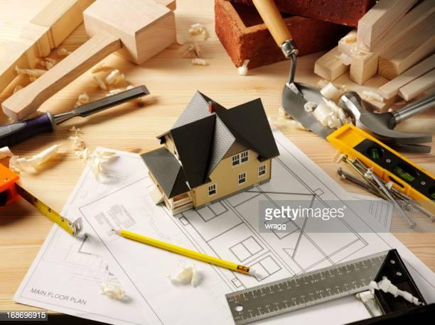 Jouet maison entourée de travail outils