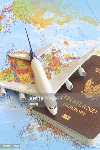 Avião de brinquedo sobre uma Tailândia passaporte e Mapa do Mundo : Foto de stock
