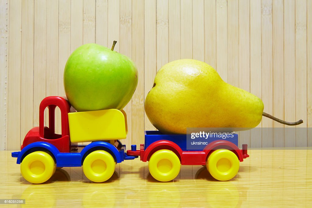 Toy plastic car with apple and pear : Foto de stock
