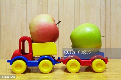 Toy plastic car with apple : Foto de stock