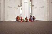 robots de juguete en dirección de una habitación a otra.