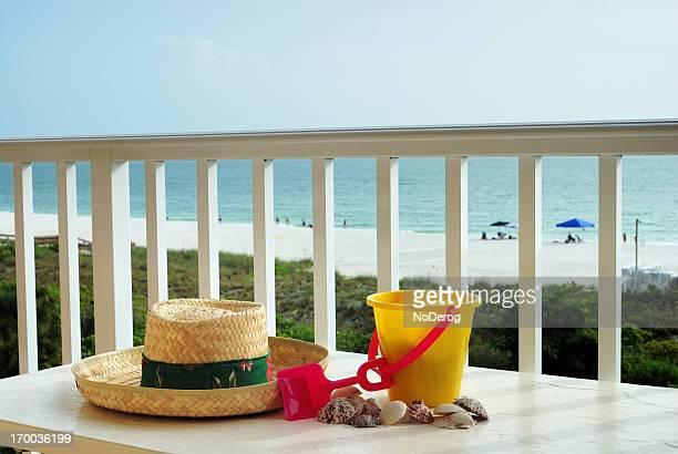 Toy sand bucket, Muscheln und Sonnenhut