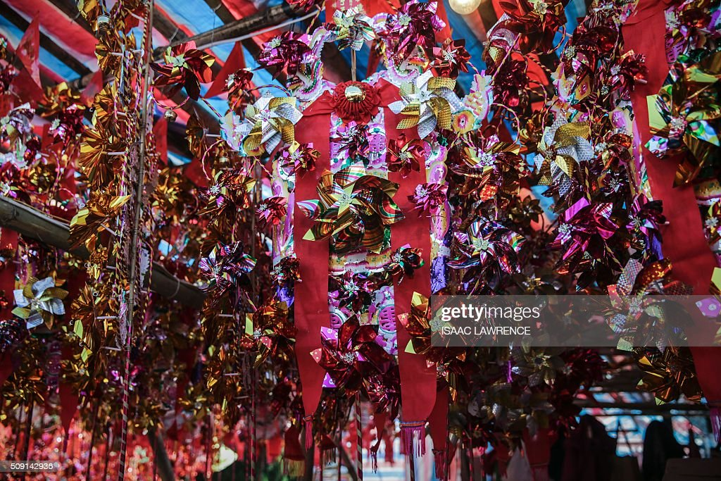 Toy windmills, used to bring good fortune, hang in a stall at the Che Kung Temple in the Sha Tin district of Hong Kong on February 9, 2016. The Lunar New Year of the Monkey began on February 8. AFP PHOTO / ISAAC LAWRENCE / AFP / Isaac Lawrence