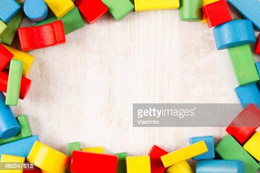 Marco de juguetes de bloques de madera, multicolor edificio de ladrillos : Foto de stock