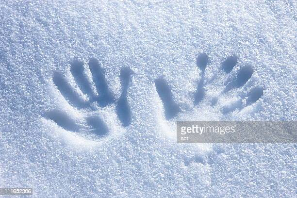 Trace of the hand on the snow