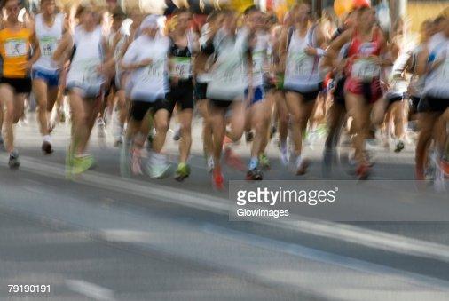 Track athletes running on a running track : Foto de stock