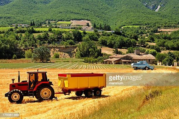 Tracteur et Moissonneuse-batteuse dans le champ
