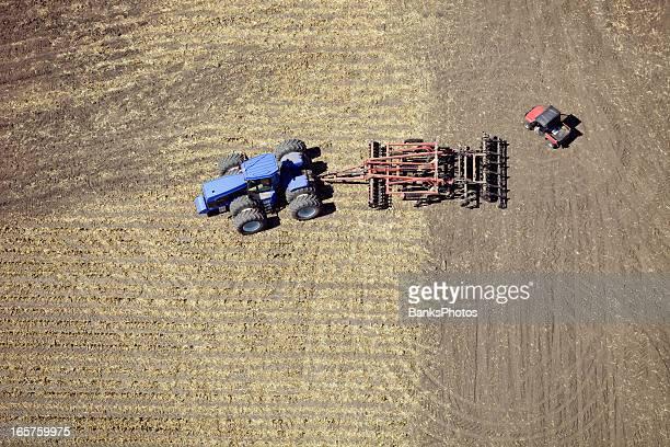 Tracteur dans le champ de maïs avec Tillage système et utilitaires