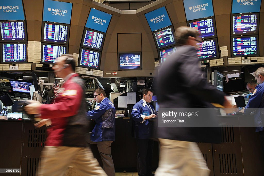 Traders work on the floor of the New York Stock Exchange during morning trading on September 22, 2011 in New York City. The Dow Jones industrial average (INDU) dropped 337 points within the first 10 minutes of trading as the global economy struggles and investors continue to lose confidence.
