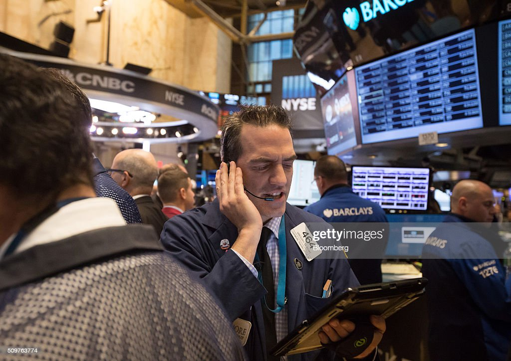 Traders work on the floor the New York Stock Exchange (NYSE) in New York, U.S., on Friday, Feb. 12, 2016. U.S. stocks advanced, with the Standard & Poors 500 Index snapping its longest losing streak since September, as crude prices rebounded and data showed retail sales increased for a third month in January. Photographer: Michael Nagle/Bloomberg via Getty Images