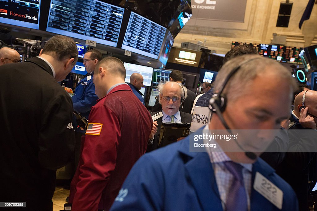Traders work on the floor of the New York Stock Exchange (NYSE) in New York, U.S., on Friday, Feb. 12, 2016. U.S. stocks halted a five-day slide that dragged global equities into a bear market, as oil rebounded from a 12-year low and bank shares surged. Photographer: Michael Nagle/Bloomberg via Getty Images