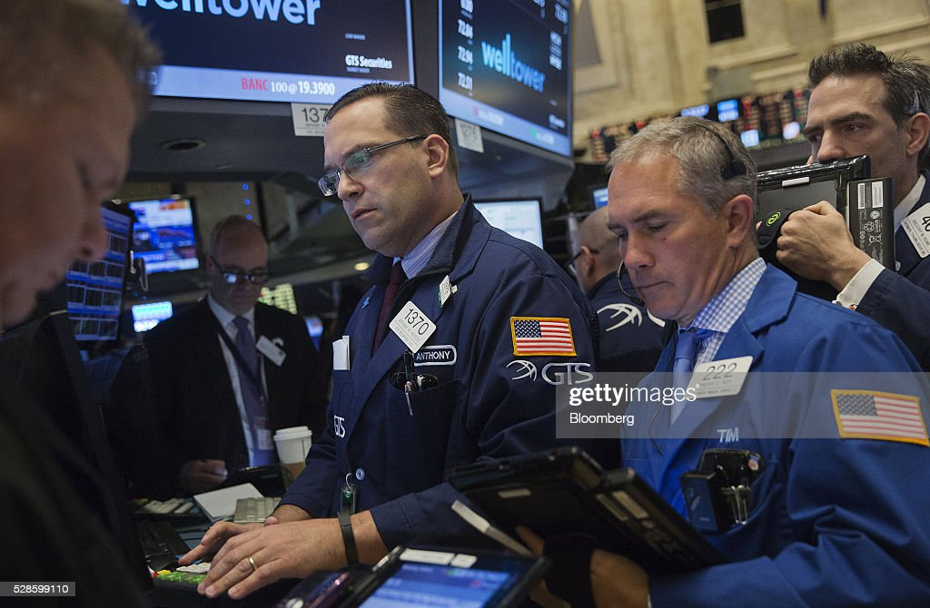 Traders work on the floor of the New York Stock Exchange (NYSE) in New York, U.S., on Friday, May 6, 2016. U.S. stocks retreated a fourth day, with the S&P 500 poised for its first back-to-back weekly drop since February, after the smallest jobs gain in seven months raised doubts about the strength of the worlds largest economy. Photographer: Victor J. Blue/Bloomberg via Getty Images