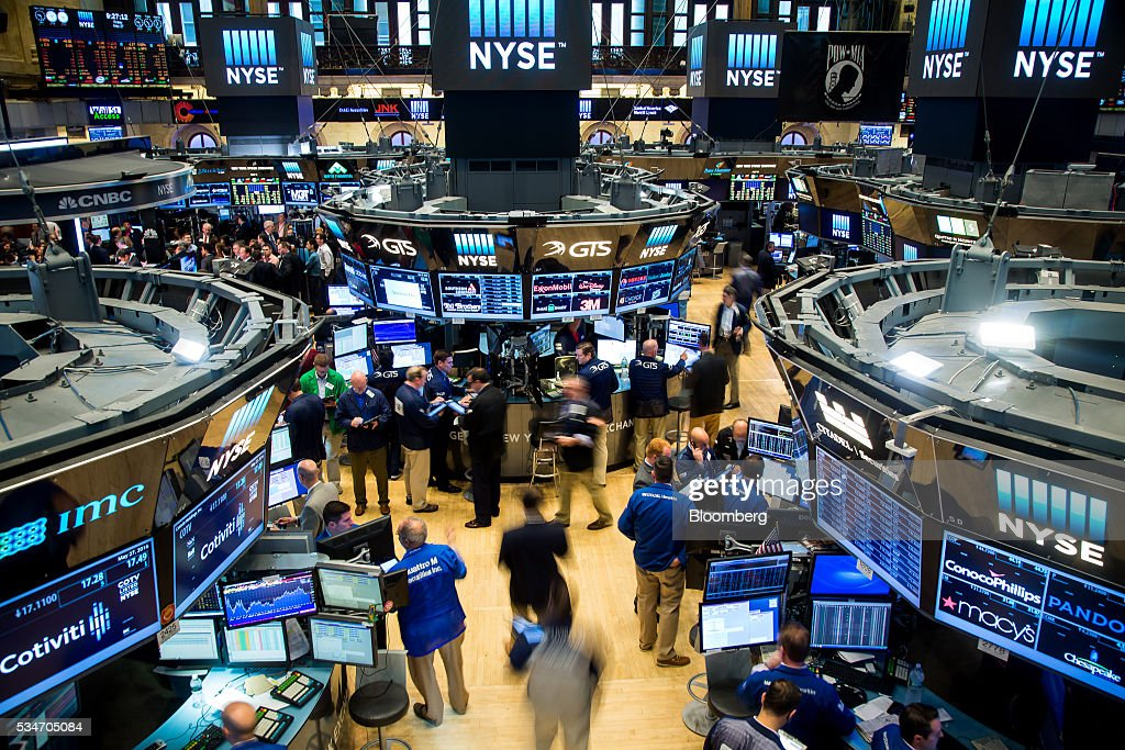 Traders work on the floor of the New York Stock Exchange (NYSE) in New York, U.S., on Friday, May 27, 2016. U.S. stocks edged higher, with the S&P 500 on course for its biggest weekly advance since March, while investors awaited remarks from Federal Reserve Chair Janet Yellen for hints on the timing of the next interest-rate increase. Photographer: Michael Nagle/Bloomberg via Getty Images