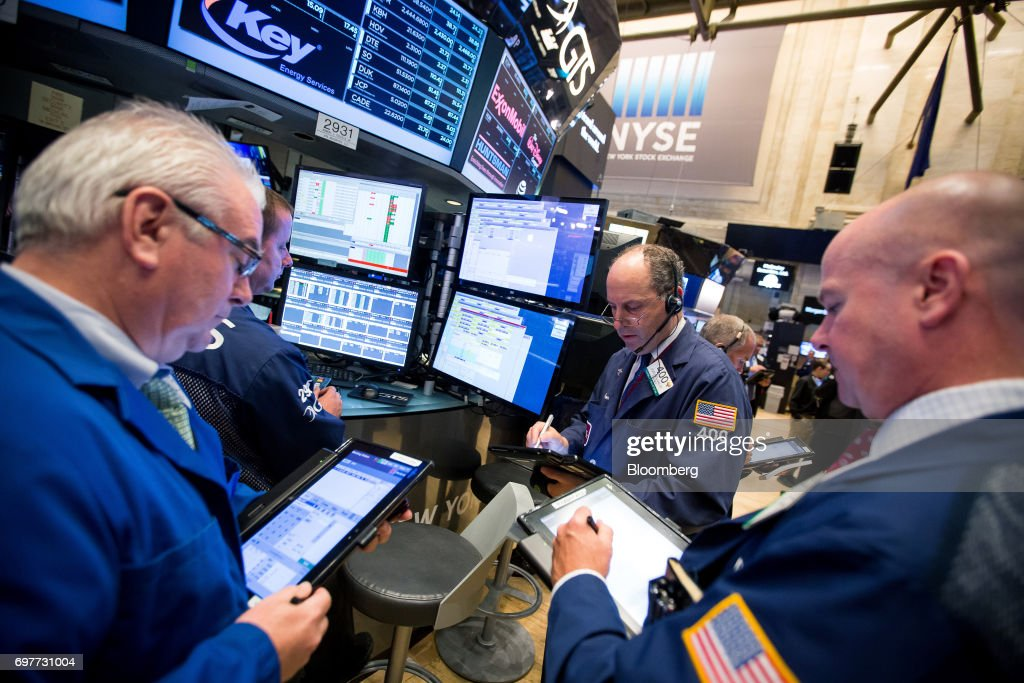 Traders work on the floor of the New York Stock Exchange (NYSE) in New York, U.S., on Monday, June 19, 2016. U.S. stocks rose, following a lull in markets after equities hit another fresh record last week. Photographer: Michael Nagle/Bloomberg via Getty Images