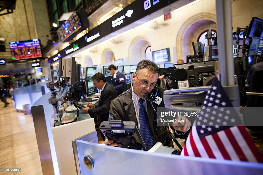 Traders work on the floor of the New York Stock Exchange on September 22, 2011 in New York City. The Dow plunged 500 points on the grim global economic outlook.