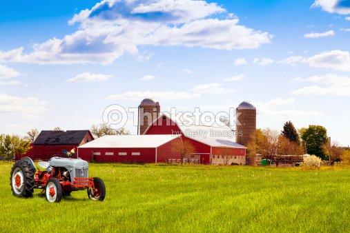 rouge am ricaine traditionnelle de la ferme avec tracteur photo thinkstock. Black Bedroom Furniture Sets. Home Design Ideas