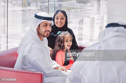 Familia disfrutando árabe tradicional en la sala de estar
