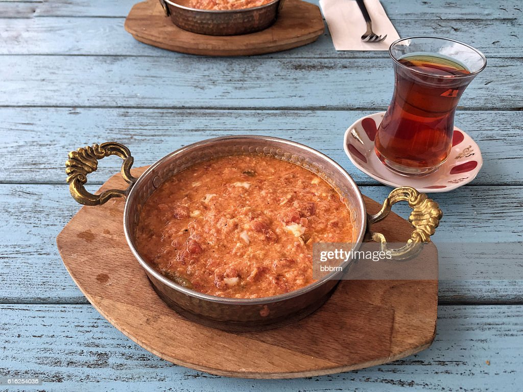 traditional breakfast with omelet and turkish tea on wooden tabl : Foto de stock
