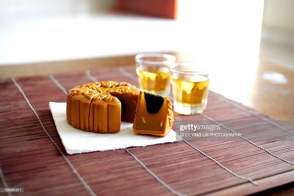 Traditional Chinese mooncake with cups of tea : Stock Photo