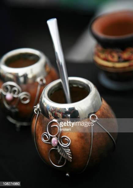 Recipiente de paja tradicional y bebidas para Yerba Mate