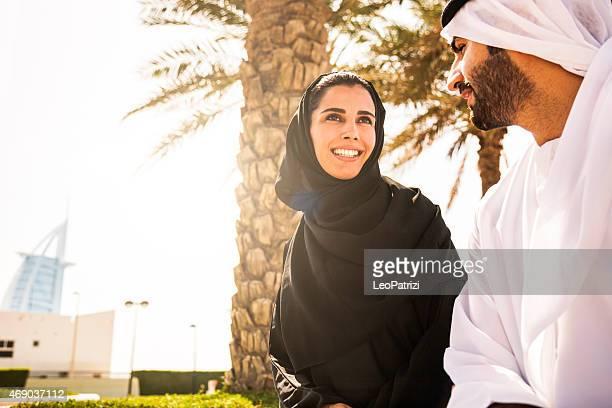 Tradicional Emirati Pareja joven disfrutando de la vida al aire libre
