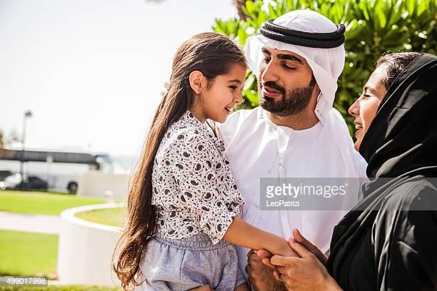 Traditionelle emiratische junge Familie genießt Wochenende