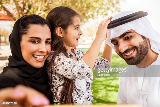 Traditionnelle émirati jeune famille prenant un selfie