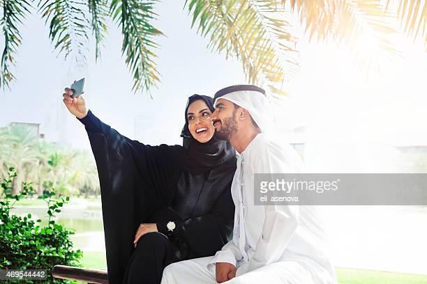 Tradicional Emirati familia joven tomando un autorretrato