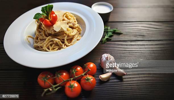 伝統的なイタリアのカルボナーラのパスタ