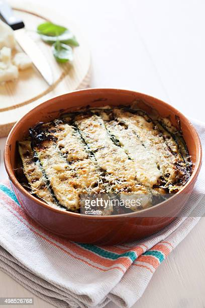 Recettes italiennes traditionnelles de parmigiana di courgettes sortis du four