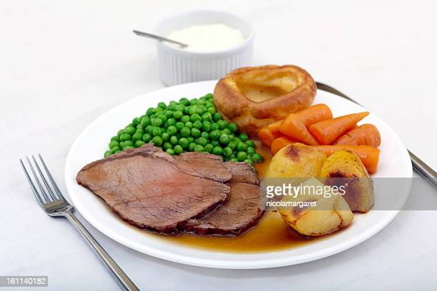 Traditionnelle de rôti de boeuf et d'Yorkshire pudding