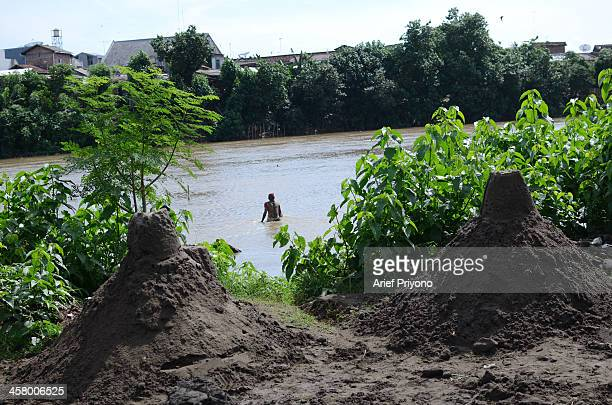 Traditional sand miners dive into the Brantas River to dredge sand Every day they can earn around 5 USD 10 USD The Brantas River is the longest river...