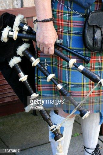 伝統的なスコットランド風のキルトとバグパイプ