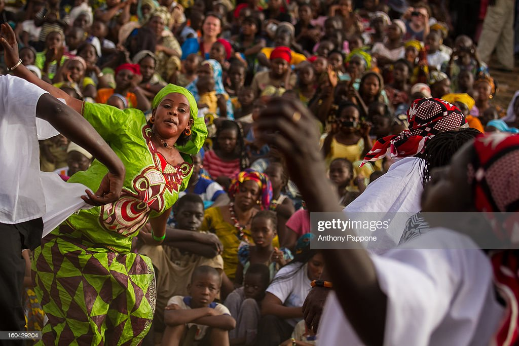 CONTENT] traditional singing and dancing during the festival of Niger in Segou, Mali, sahel