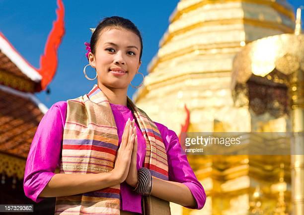 Donna in un tradizionale tailandese Tempio buddista