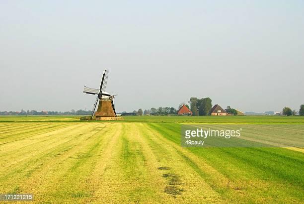 Traditionelle europäische Windmühle stehen Friesland