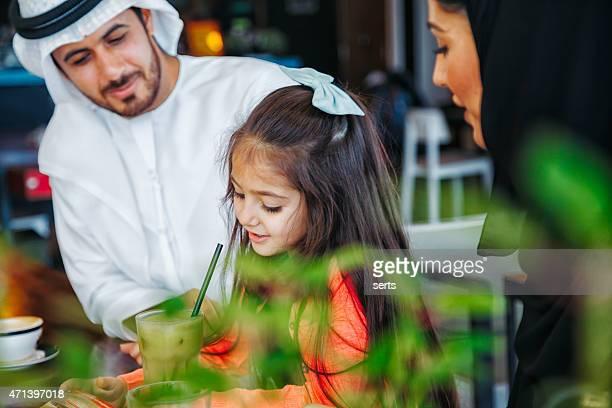 Traditionelle junge Arabische Familie genießen Sie im Café