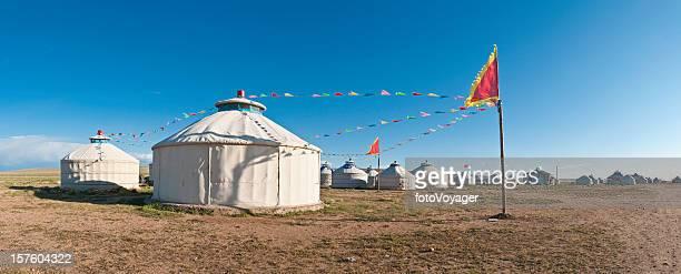 Traditionelle Jurte Zelt village flags Inneren mongolische grasslands panorama China