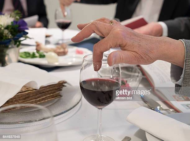traditioneller jüdischer Sederabend zur Eröffnung des Pessachfests in der jüdischen Gemeinde Herford Juden lesen die Geschichte vom Auszug des Volkes...