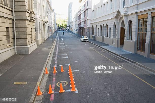Traffico coni di bloccaggio da parte della strada urbana