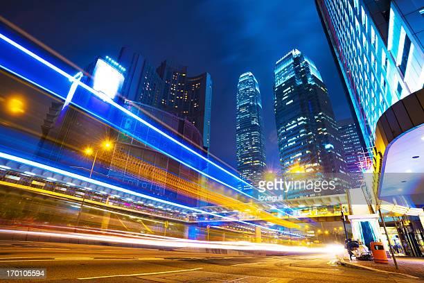 El tráfico en la ciudad de noche