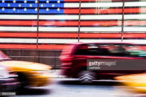 Trafic de Times Square, en face de drapeau américain
