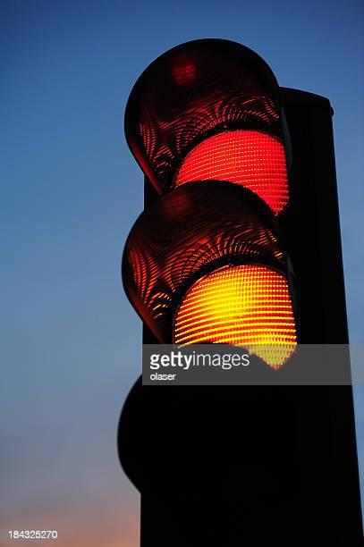 Luz de tráfego contra o pôr do sol