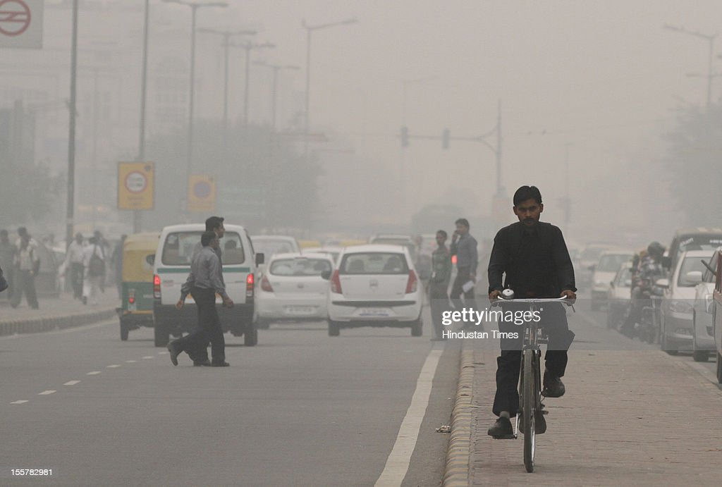 Traffic moves amid a blanket of smog, caused by a mixture of pollution and fog at NCR region on November 7, 2012 in New Delhi, India.