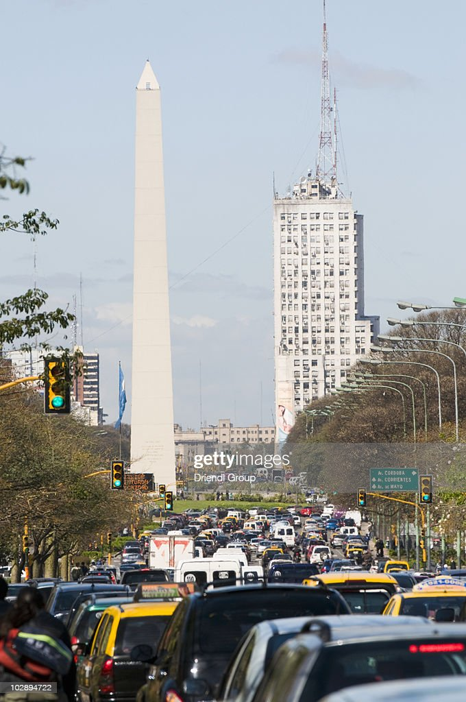Traffic on Ave 9 de Julio leading to the obelisk. : Stock Photo