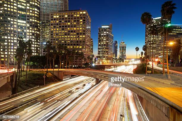 Urbano con traffico al tramonto a Los angolo