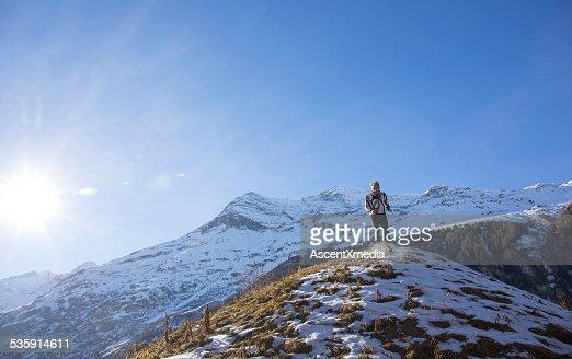 Sendero runner límites abajo nívea ladera de la montaña : Foto de stock