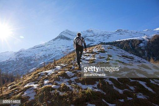 Sendero runner límites en la ladera de la montaña nival : Foto de stock